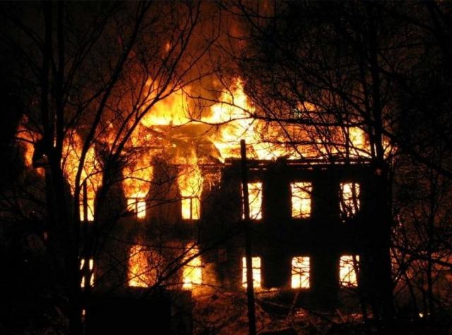 В Астрахани инспекторы ДПС спасли двухлетнего мальчика во время пожара