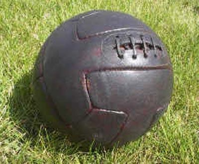 Кожаным мячом играли солдаты Лондонского ирландского пехотного полка во время...
