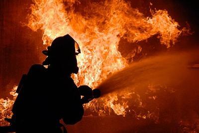 В Новосибирске загорелся склад пластмассы