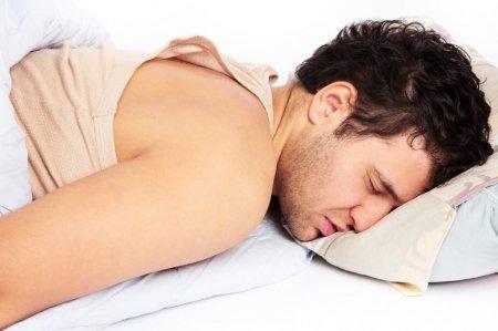 Ученые выяснили, почему люди плохо спят на новом месте