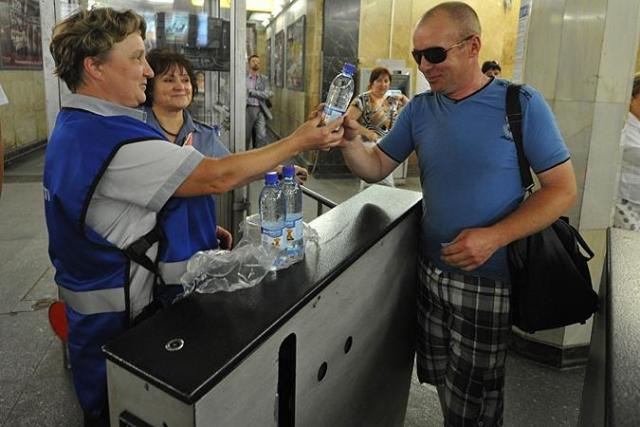Вмосковском метро бесплатно раздают воду— Утомленные солнцем