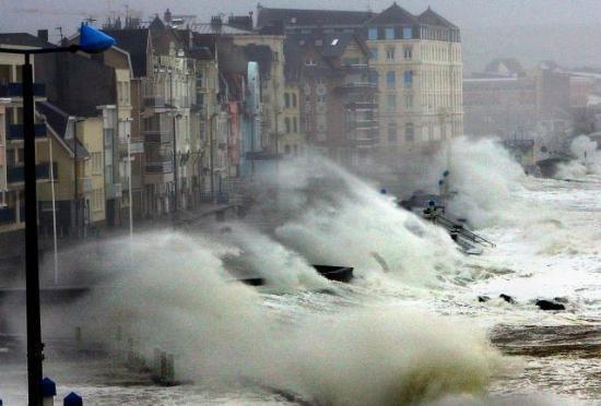 ВНовороссийске циклон повалил деревья надетскую площадку имашины