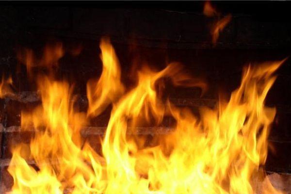ВКрасноярске мужчина выпрыгнул изгорящей квартиры и умер