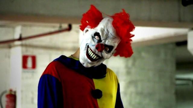 ВАвстрии автомобиль сбил «клоуна-убийцу» с тесаком