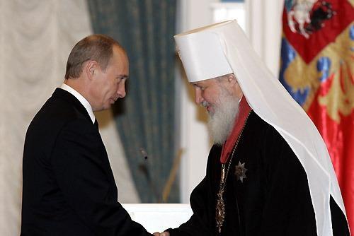 Владимир Путин наградил Патриарха Кирилла Орденом зазаслуги перед Отечеством Iстепени