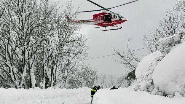 В результате схода лавины на отель в Италии погибли люди