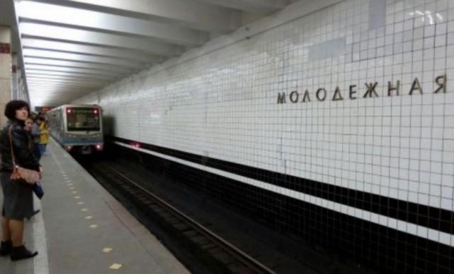 Упавшая под поезд московского метро женщина погибла в клинике