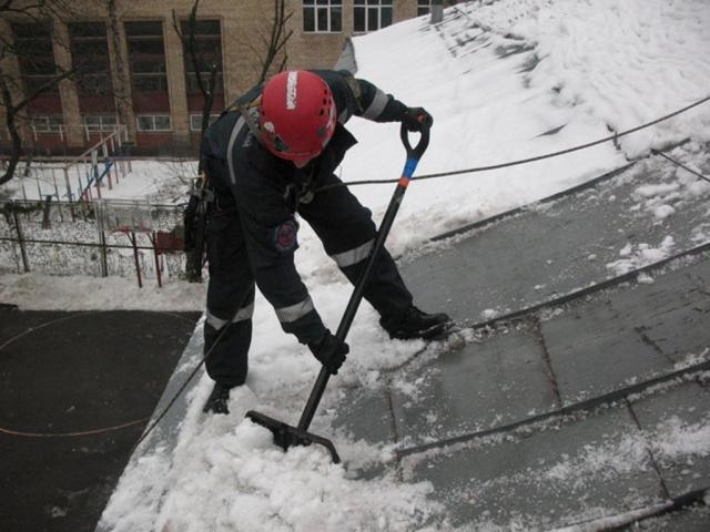 Снег упал скрыши наколяску с сыном в российской столице