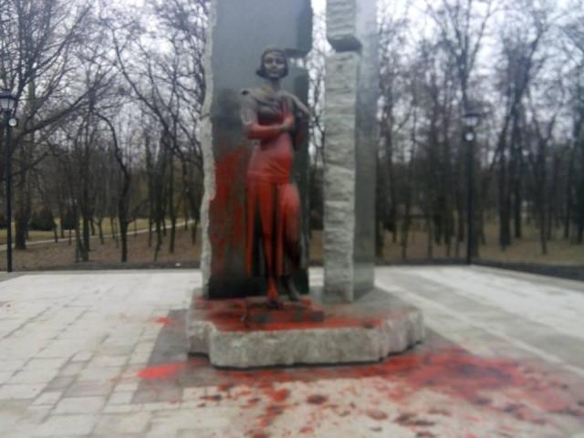 ВКиеве облили краской монумент правителю Владимиру огромному 18марта 2017 23:45