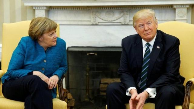 УТрампа пояснили, почему оннепожал руку Меркель