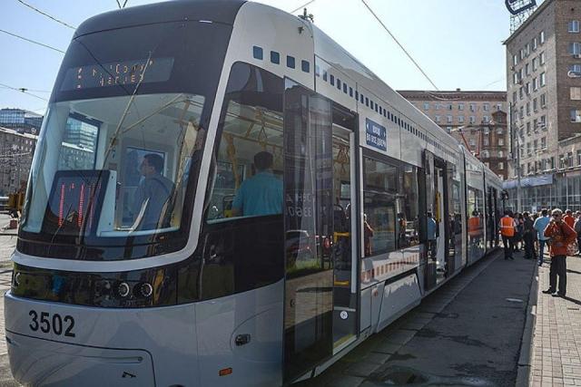 Трамвай обстреляли излегкового автомобиля в столицеРФ