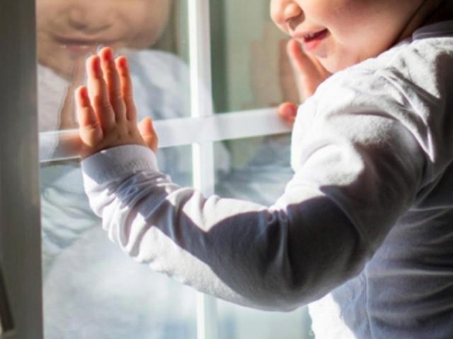 Двухлетняя девочка выжила после падения с 5-ого этажа вАстрахани