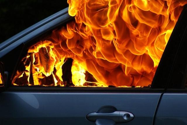 Ставропольчанка измести подожгла чужой автомобиль