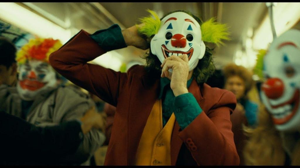 Когда терпение достигает апогея, неуклюжий клоун-неудачник до оцепенения органично трансформируется в чудовищого злодея, которого уже давно ждёт его истинный поклонник - озверевшая толпа.