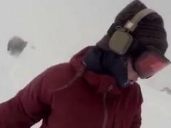 В Японии сноубордистка, снимавшая свой спуск, не заметила медведя за спиной (видео)