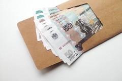 В Магнитогорске мужчина разбрасывает конверты с деньгами