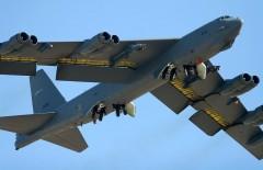 Во время учебного полета у бомбардировщика B-52 ВВС США отвалился двигатель