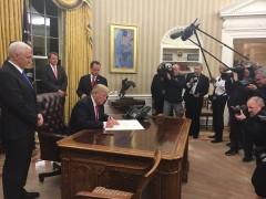 Трамп подписал свой первый указ о реформировании программы здравоохранения