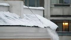 В Барнауле упавший с крыши снежный ком придавил ребенка