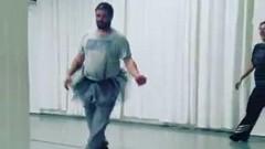 Папы в балетных платьях перепугали детей в школе (видео)