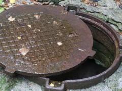 Житель Кропоткина за вечер украл две крышки с канализационных люков