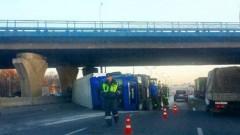 На МКАД опрокинулась фура, движение транспорта блокировано