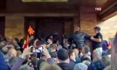 В Македонии при массовых беспорядках у парламента пострадали свыше 100 человек