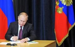 Путин подписал закон о переводе выплат бюджетникам на карты «Мир»