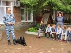 В Апшеронском районе в гостях у воспитанников социального приюта побывал полицейский-кинолог c собакой