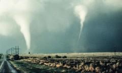 Торнадо повредил десять самолетов на базе ВВС США