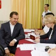 Губернатор Кубани проголосовал на выборах вместе с семьей