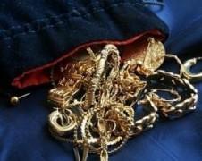 В Буденновске мужчина украл у знакомой ювелирные украшения на 100 тысяч рублей
