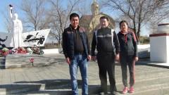 В селе Садовое следователи СКР по Республике Калмыкия благоустроили мемориал «Мать-Родина»