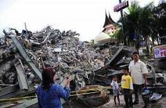 Число жертв землетрясения в Индонезии возросло до 105