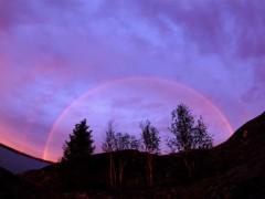 Загадочные фиолетовые радуги в небе Арктики не нашли объяснений