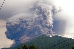 В Индонезии после землетрясения проснулся вулкан Сопутан