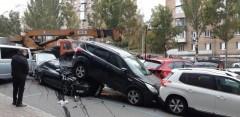 В Киеве автокран протаранил 17 автомобилей, есть пострадавшие