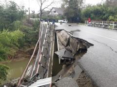 Из-за обрушения сочинские полицейские перекрыли мост через реку Чахцуцыр