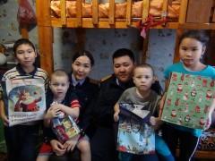 В Калмыкии следователи поздравляют детей с наступающим Новым годом