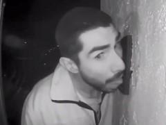 В Калифорнии мужчина три часа лизал дверной звонок на камеру