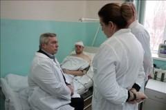 Губернатор навестил в больнице пострадавшего при взрыве в Шахтах