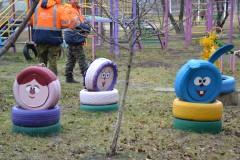 Коммунальщики Невинномысска очистили двор от автомобильных шин