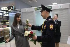 В аэропорту Краснодара росгвардейцы поздравили девушек с 8 Марта