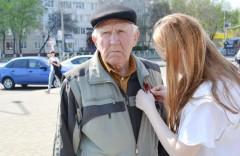 На улицах Невинномысска раздали 5000 георгиевских ленточек