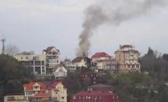 В Сочи загорелся двухэтажный дом