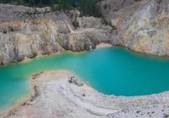 Рискуя жизнью: туристы искупались в токсичном озере ради фото для соцсетей