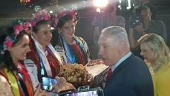 Жена премьер-министра Израиля бросила кусок гостевого каравая на землю в Киеве