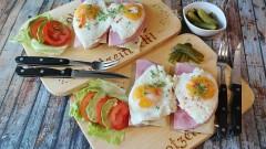 Ученые рассказали, кому и когда опасно есть яйца на завтрак