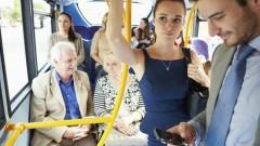 Опрос: 54% россиян не считают нужным уступать места молодым девушкам в общественном транспорте