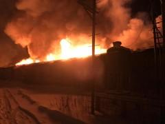 В Новосибирске произошел пожар на мебельном складе